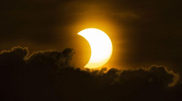 El fenómeno causó distintos colores que se observaron durante la duración del eclipse. Foto: EFE