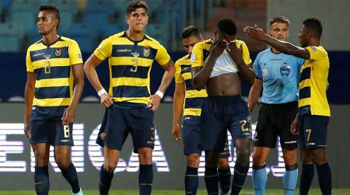 Jugadores de Ecuador se lamentan al final del partido contra Perú en la Copa América. Foto: EFE
