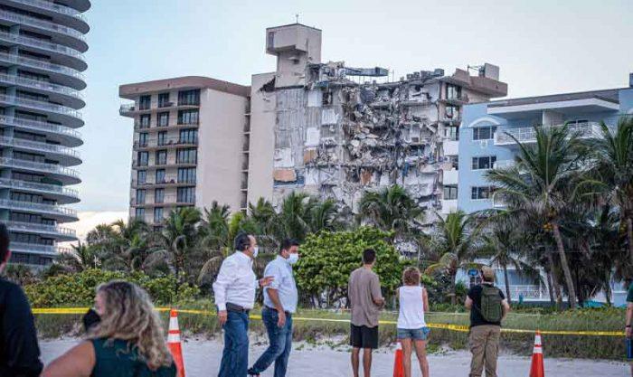 Este 24 de junio del 2021 se derrumbó un edificio de viviendas de 12 plantas en Surfside, en el condado de Miami-Dade, Florida. Al menos 3 personas murieron y 99 continúan desaparecidas. Foto: EFE