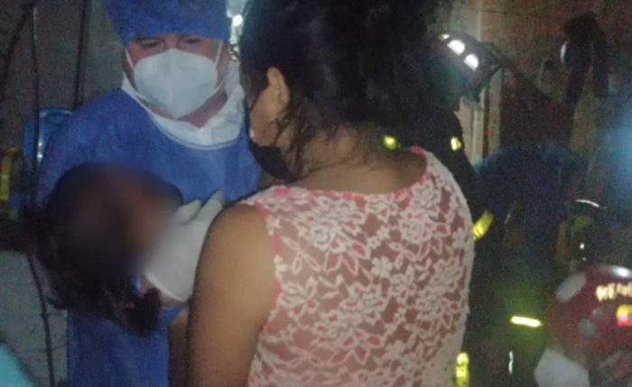 La niña fue entregada a su madre, después del rescate. La mujer dijo desconocer cómo su hija cayó en la lavadora. Foto: Facebook Cuerpo de Bomberos de Manta