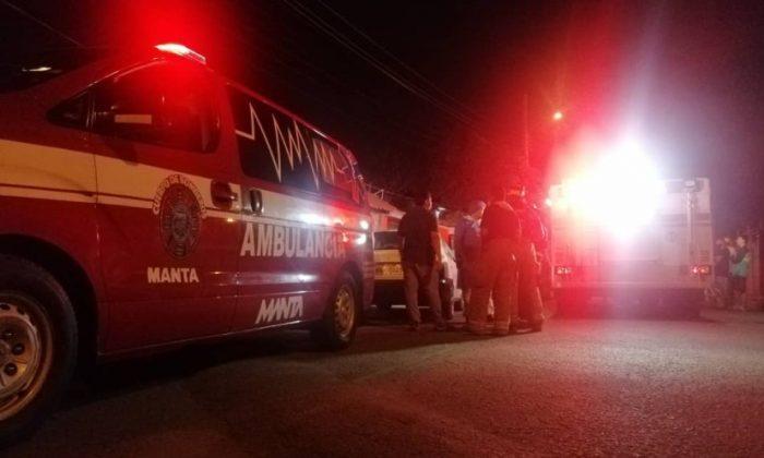 Siete bomberos, una ambulancia y una unidad de rescate llegaron a la vivienda en donde se registró la emergencia. Foto: Facebook Cuerpo de Bomberos de Manta