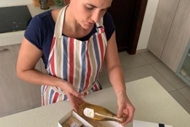 Susanne Lehner, de Delicias de Austria, prepara los envíos por el Día del Padre.