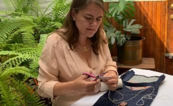Gabriela Serrano, propietaria de Delantales Parrilleros, borda uno de los productos solicitados para obsequiar por el Día del Padre.