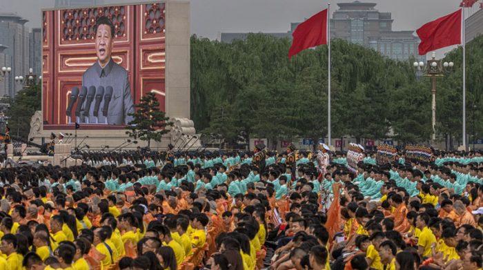 Sin mascarillas, ni distanciamiento, el Presidente de China conmemoró los 100 años del Partido Comunista. Foto: EFE