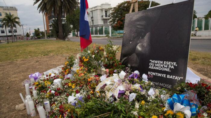 Personas levantaron en Puerto Príncipe un altar con flores como homenaje al presidente Jovenel Moise, asesinado hace una semana en su domicilio. Foto: EFE