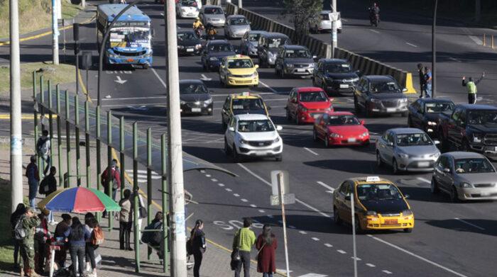 El tránsito en Quito se libera el fin de semana, por lo que cualquier vehículo puede circular. Foto: Patricio Terán/ EL COMERCIO