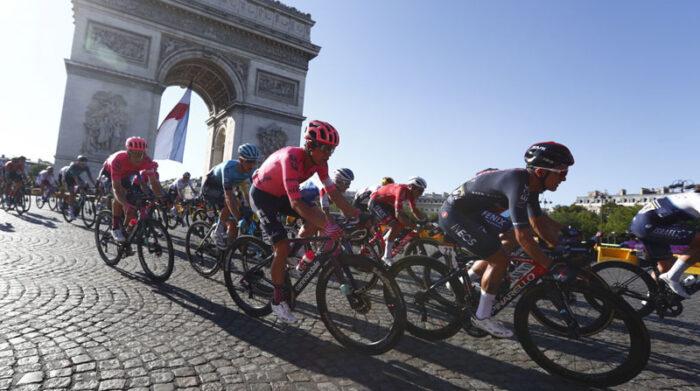 Richard Carapaz (der.) en París, en la última etapa del Tour de Francia el 18 de julio del 2021. Foto: EFE