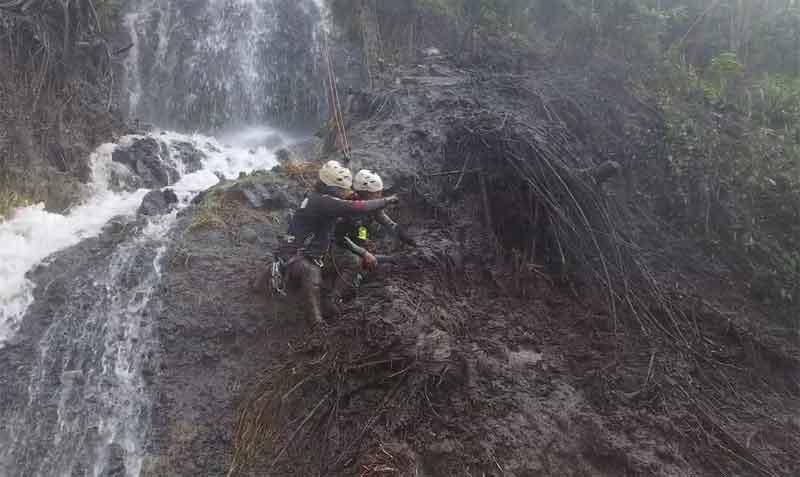 Un deslizamiento de tierra y piedras afectó a la cascada Cabellera de la Virgen, en Baños