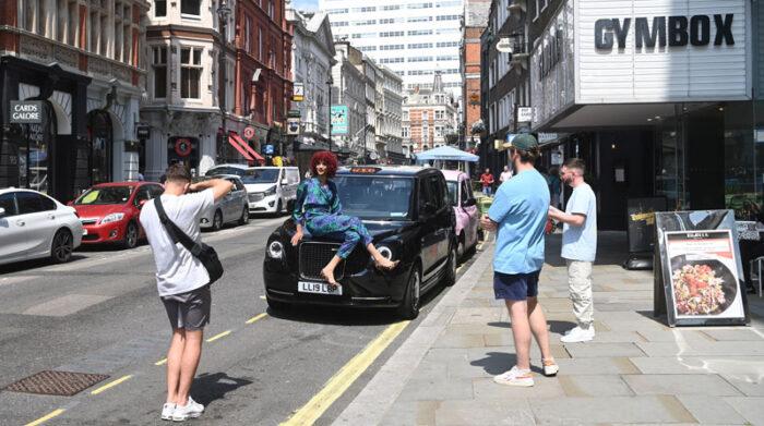 En locales, fiestas y el espacio público se observaba a personas festejar por la eliminación de las restricciones para evitar los contagios. Foto: EFE