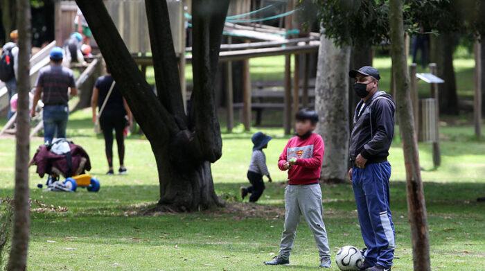 En distintos parques de la capital se observó a familias que disfrutaban del espacio abierto, aunque algunos no se colocaban los tapabocas. Foto: Julio Estrella/ EL COMERCIO