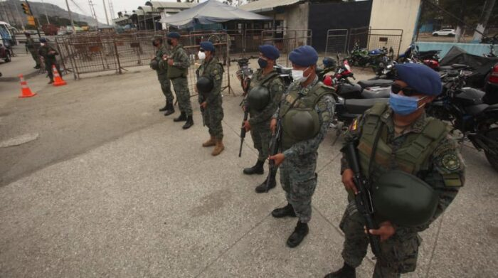 Las Fuerzas Armadas requisan a los vehículos que ingresan con alimentos y provisiones. Foto: Enrique Pesantes / EL COMERCIO
