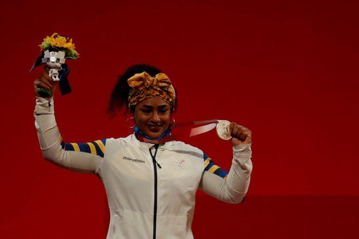 Tamara Salazar con la medalla de plata conseguida en Tokio 2020. Foto: EFE