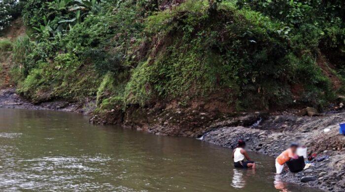 En la subregión del triángulo de Telembí, una de las necesidades más urgentes es el agua potable. En diferentes casos, la población desplazada accede al río para satisfacer sus necesidades, así como para consumo. Foto: Santiago Valenzuela / MSF