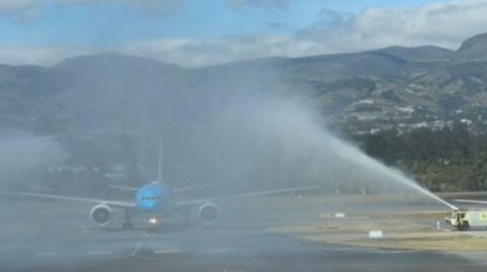 Este fue el arco de agua que se realizó al avión que transportó a las medallistas olímpicas, el 4 de agosto del 2021. Foto: captura de pantalla