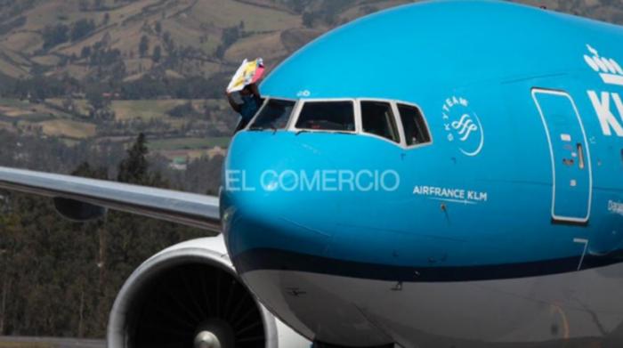 Tamara Salazar muestra una Bandera de Ecuador desde el avión, el 4 de agosto del 2021. Foto: Galo Paguay / EL COMERCIO