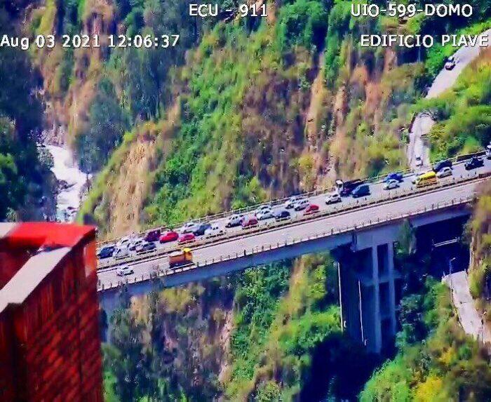 Tres carriles de la avenida Simón Bolívar, en el puente de Guápulo, se congestionaron tras el accidente. Foto: Cortesía ECU 911