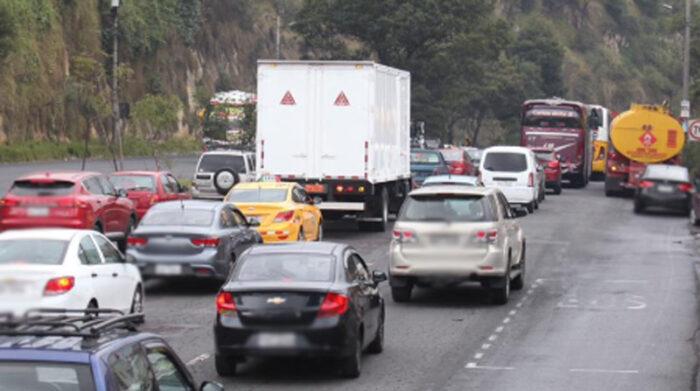 En Quito, los agentes de tránsito controlarán que se cumpla la medida Hoy no circula, durante la semana del inicio a clases. Foto: Julio Estrella/ EL COMERCIO
