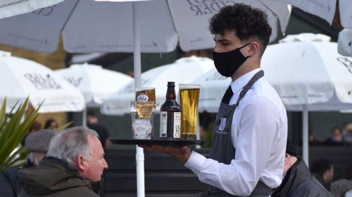 Imagen referencial. Para varios expertos en el sector de las comidas y la hotelería, la pandemia desnudó la fragilidad laboral de muchos de sus empleados. Foto: Getty Images