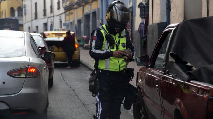 En Quito, los agentes de la AMT multan a los conductores que incumplan con la medida Hoy no circula. Foto: Diego Pallero/ EL COMERCIO