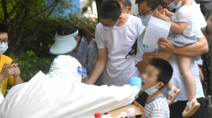 Las pruebas para detectar el covid-19 en Wuhan se aplican a personas de todas las edades para tratar de contener el brote. Foto: EFE