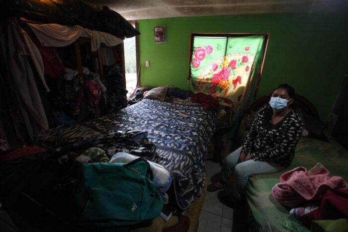 Amanda Saquinga vive con su esposo y sus tres hijos en esta habitación, en el barrio San Francisco, a un lado de Guápulo, en el Oriente de Quito. Dejó de recibir el bono de USD 50, actualmente está desempleada y su esposo no tiene un empleo fijo como albañil. Foto: Julio Estrella / EL COMERCIO