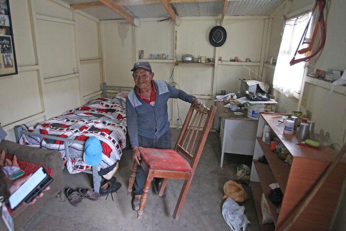Manuel Castro, de 82 años, siente temor a que le quiten su bono. Con este dinero compra alimentos y sondas permanentes, pues necesita una sonda para orinar. Foto: Julio Estrella / EL COMERCIO