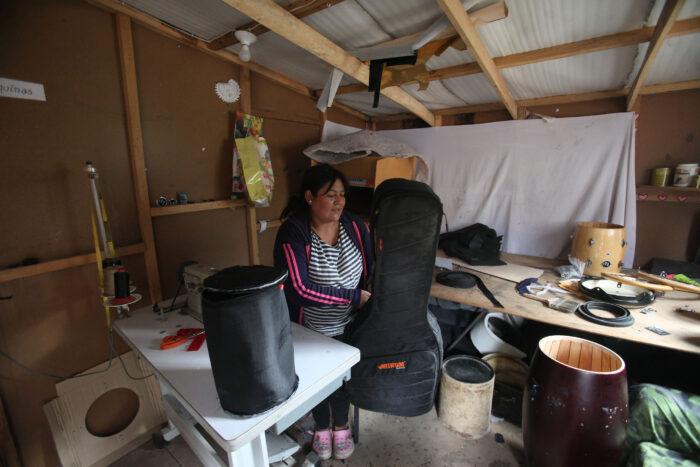Mónica Castro optó por pedir un crédito de desarrollo humano que se paga con el bono de USD 50 para ponerse un taller de costura, en el que hace estuches para instrumentos musicales. Al mes gana hasta USD 130. Foto: Julio Estrella / EL COMERCIO