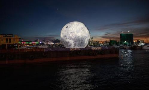 Una luna inflable para celebrar el Festival de Medio Oriente, colocada en una barcaza en Hong Kong. Foto: EFE