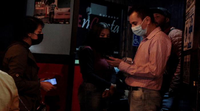 El distanciamiento obligatorio dentro del local y entre grupos de personas. Foto: Galo Paguay / EL COMERCIO