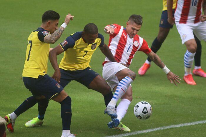 Pervis Estupiñán disputa el balón con Luis Amarilla, en el juego entre la selección de Ecuador y Paraguay. Foto: Vicente Costales