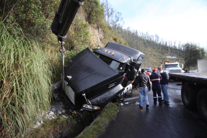 La cabina del tráiler resultó gravemente afectada, después de que el vehículo pesado chocara contra el talud de la vía. Foto: Julio Estrella/ EL COMERCIO