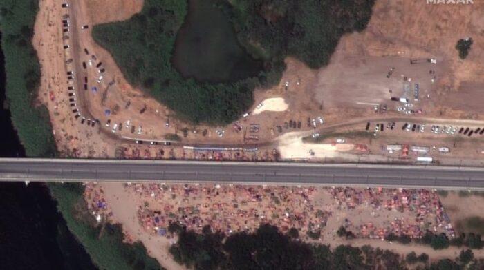 Una imagen satelital distribuida por Maxar Technologies muestra a cientos de migrantes junto al Puente Internacional en la frontera entre México y Estados Unidos cerca de Del Rio, Texas, Estados Unidos, 18 de septiembre de 2021. Foto: EFE / EPA / MAGEN SATÉLITE 2021 MAXAR TECHNOLOGIES