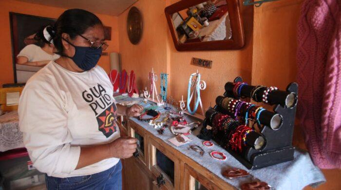 Luna Escarlata, es el emprendimiento donde Olga Lovato presenta sus creaciones en tejido, bisutería y decoración. Usa materiales reciclados. Foto: Julio Estrella / EL COMERCIO