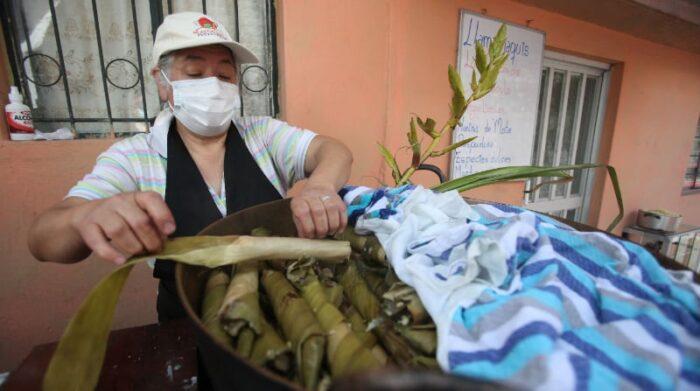 Fanny Otalima, es la única del barrio que mantiene vivo el plato típico guapuleño. Se trata del llamachaqui, un envuelto dulce de harina de mote en hoja de huicundo. Foto: Julio Estrella / EL COMERCIO