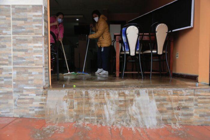 Las personas limpiaron los locales y viviendas afectadas por la inundación en el Edén del Valle, en Quito. Foto: Diego Pallero/ EL COMERCIO