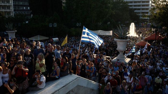 En Grecia se han registrado protestas de las personas en contra de la vacunación obligatoria. Foto: EFE