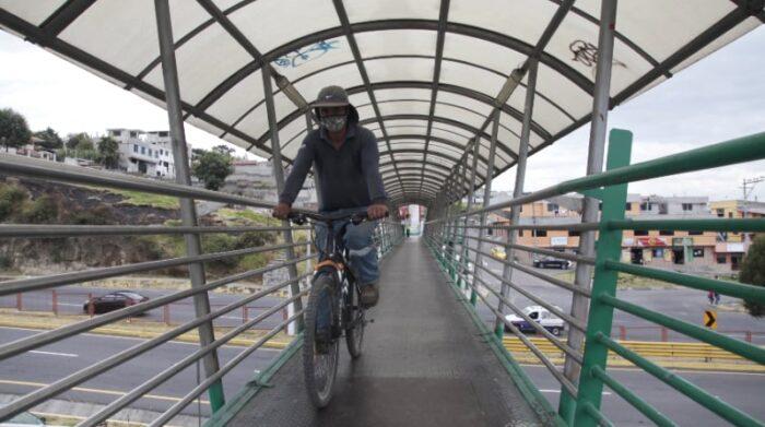 Los ciclistas también usan el puente 7 de la autopista General Rumiñahui. Foto: Galo Paguay / EL COMERCIO