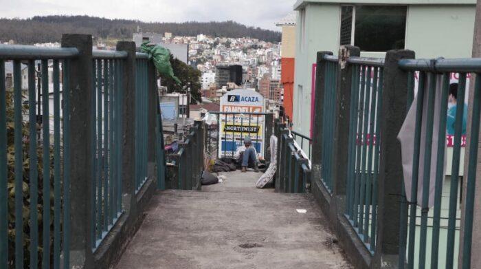 Un indigente encuentra refugio en el puente de la av. América y Rumipamba. Foto: Galo Paguay / EL COMERCIO