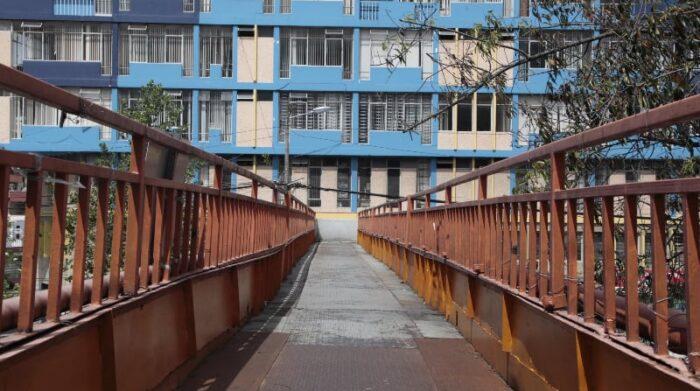 Es notoria la falta de mantenimiento en el puente de la 10 de Agosto y Las Casas. Foto: Galo Paguay / EL COMERCIO