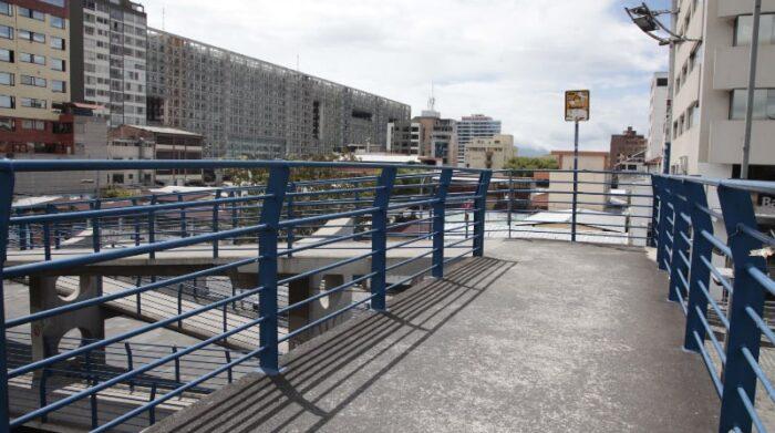 Luce nuevo el puente de la Naciones Unidas y Japón, con rampa para bicicletas. Foto: Galo Paguay / EL COMERCIO