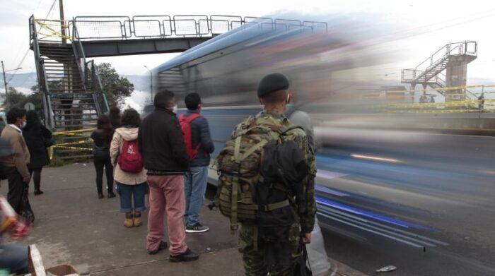 Un accidente en el sector de la Loma de Puengasí destruyó el puente, que era muy funcional para cruzar la muy transitada avenida Simón Bolívar. Foto: Galo Paguay / EL COMERCIO