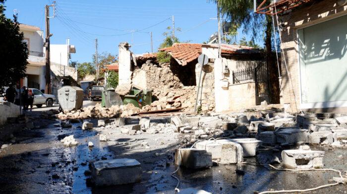 Un hombre murió por el derrumbe de una iglesia, durante el terremoto registrado el 27 de septiembre del 2021 en la isla de Creta, en Grecia. Foto: EFE