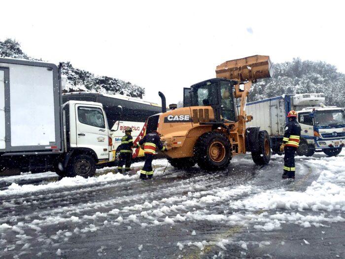 Los Bomberos informaron que el uso de la maquinaria permitió ayudar a movilizarse a los vehículos atrapados. Foto: Bomberos de Quito