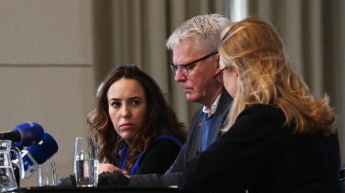 La pareja de Julian Assange, Stella Morris (i) habló sobre el proceso que enfrenta el fundador de Wikileaks. Foto: EFE