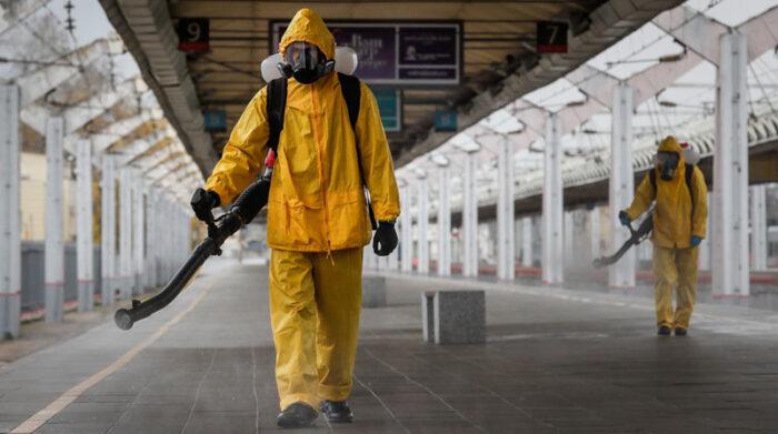 Las autoridades quieren imponer medidas drásticas para frenar las muertes y contagios de covid-19 en Rusia. Foto: EFE