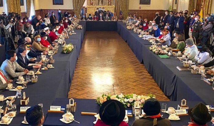 El presidente Guillermo Lasso y sus ministros se reunieron en Carondelet junto a líderes de la Conaie, este 4 de octubre del 2021. Foto: Patricio Terán/ EL COMERCIO