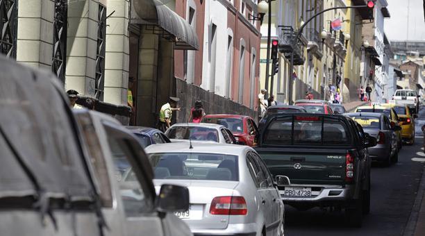En las temporada de navidad en distintos sectores de Quito se produce gran concentracion de vehiculos. En la foto, la Calle Montufar, en el Centro Histórico de la capital. Foto : Galo Paguay / EL COMERCIO