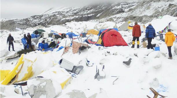 El movimiento telúrico causó varias avalanchas en el Everest que enterraron parte del campamento base donde se encontraban 1 000 escaladores y guías. Foto: Azim Azif/ EFE