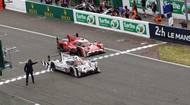 Imagen de la línea de meta de las 24 Horas de Le Mans, ganada por Porsche 919 Hybrid (izq) pilotado por el alemán Nico Hulkenberg, Earl Bamber de Nueva Zelanda y Nick Tandy de Gran Bretaña. EFE