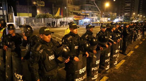 La sede de Alianza País en la avenida De los Shyris fue acordonada por la Policia Nacional, impidiendo el paso de los manifestantes. Foto: Diego Pallero / EL COMERCIO